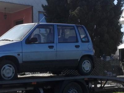 Małe auto na lawecie